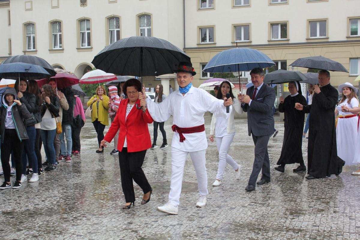 """""""Fishmob – Jasło tańczy dla św. Jana Pawła II"""""""