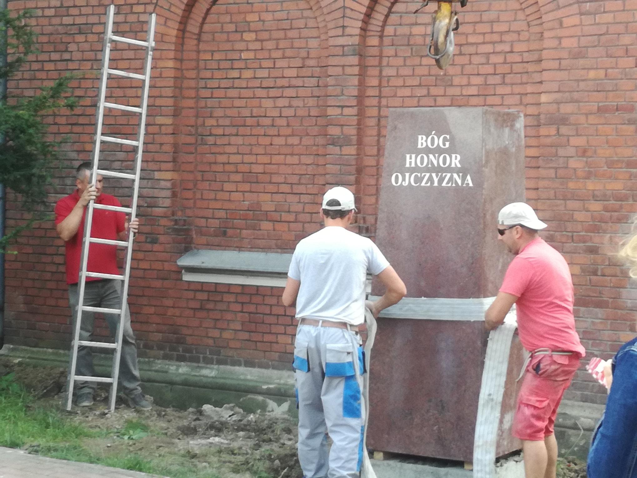 Osadzanie pomnika Żwirki i Wigury Jasło