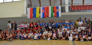 Turniej piłki siatkowej dziewcząt zdjęcie zbiorowe