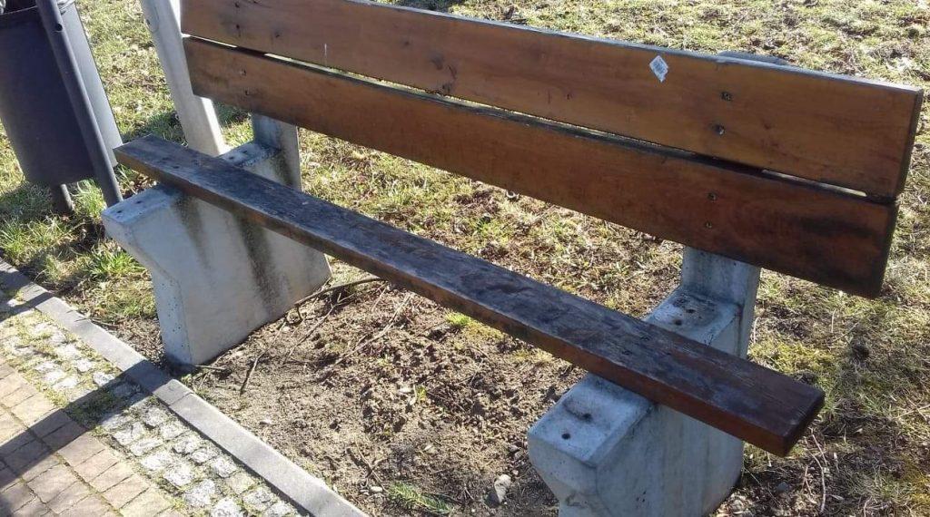 Zniszczona ławka Jasło