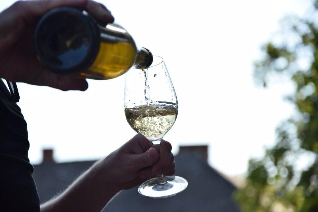 Białe wino nalewane do kieliszka