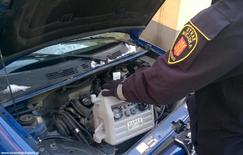 Straż Miejska Jasła pomaga odpalać samochody podczas mrozu