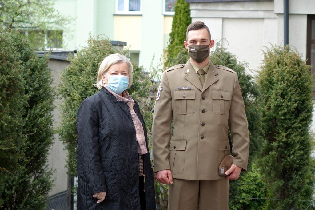 Otwarcie Punktu Szczepień w Jaśle - Alicja Zając i żołnierz WOT