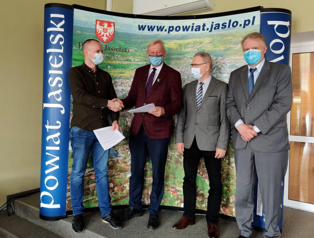 Podpisanie umowy na budowę mostu na rzece Jasiołce