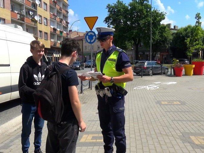 Jasielska policja wręczała pieszym ulotki informacyjno-edukacyjne