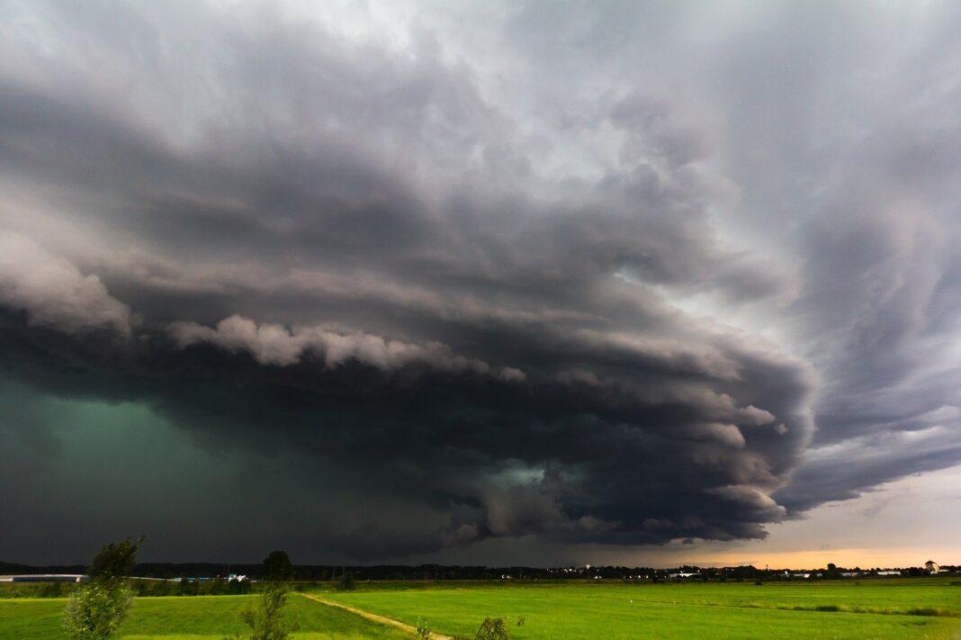 Zachmurzone burzowe niebo