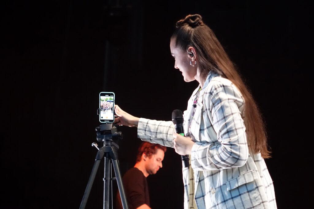 Lanberry - wokalistka promuje się w mediach społecznościowych podczas koncertu