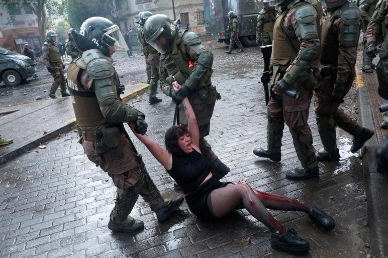 Restrykcje dotyczące COVID-19 we Francji - brutalne działania policji wobec protestujących
