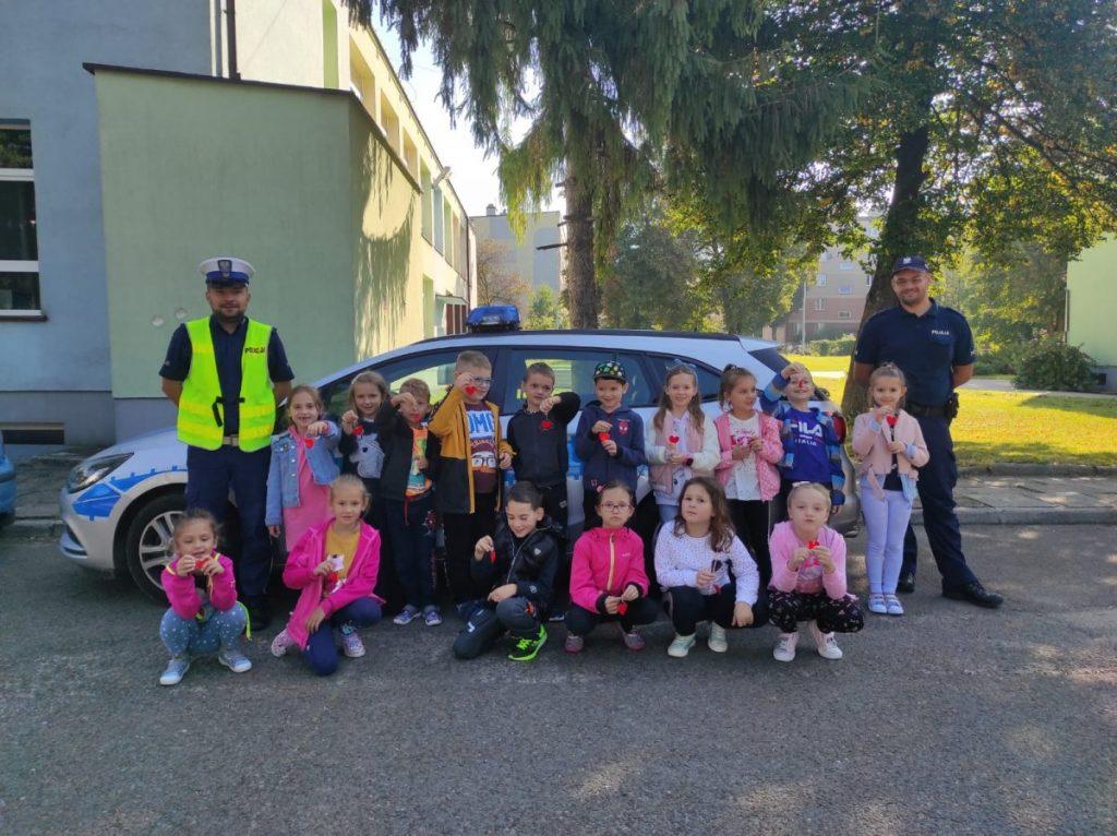 Jasielska policja - zdjęcie grupowe z dziećmi