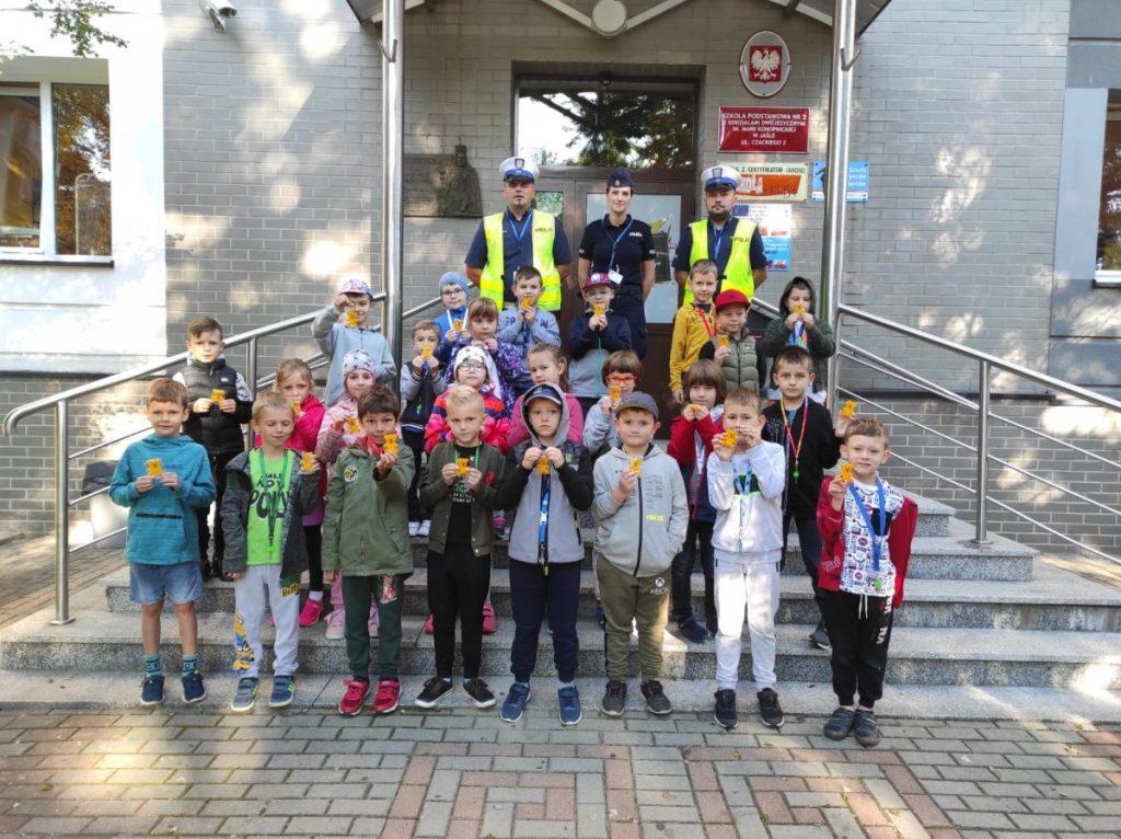 Komenda Policji w Jaśle. Zdjęcie z dziećmi