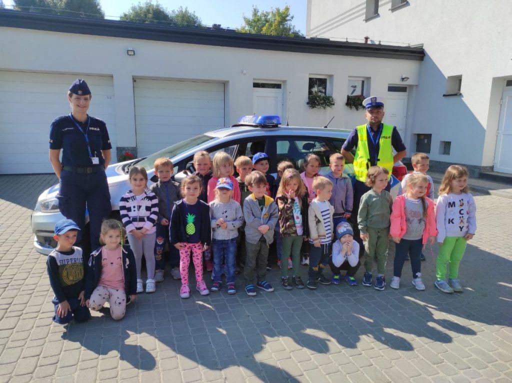 Zdjęcie policjantów z dziećmi