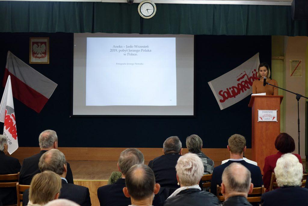 Ola Polak - Jackson przemawia podczas spotkania w jasielskim Ekonomiku
