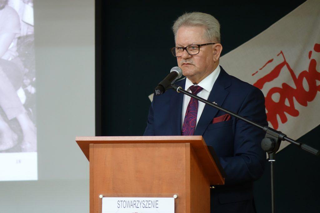 Tadeusz Majchrowicz przemawia podczas spotkania w jasielskim Ekonomiku