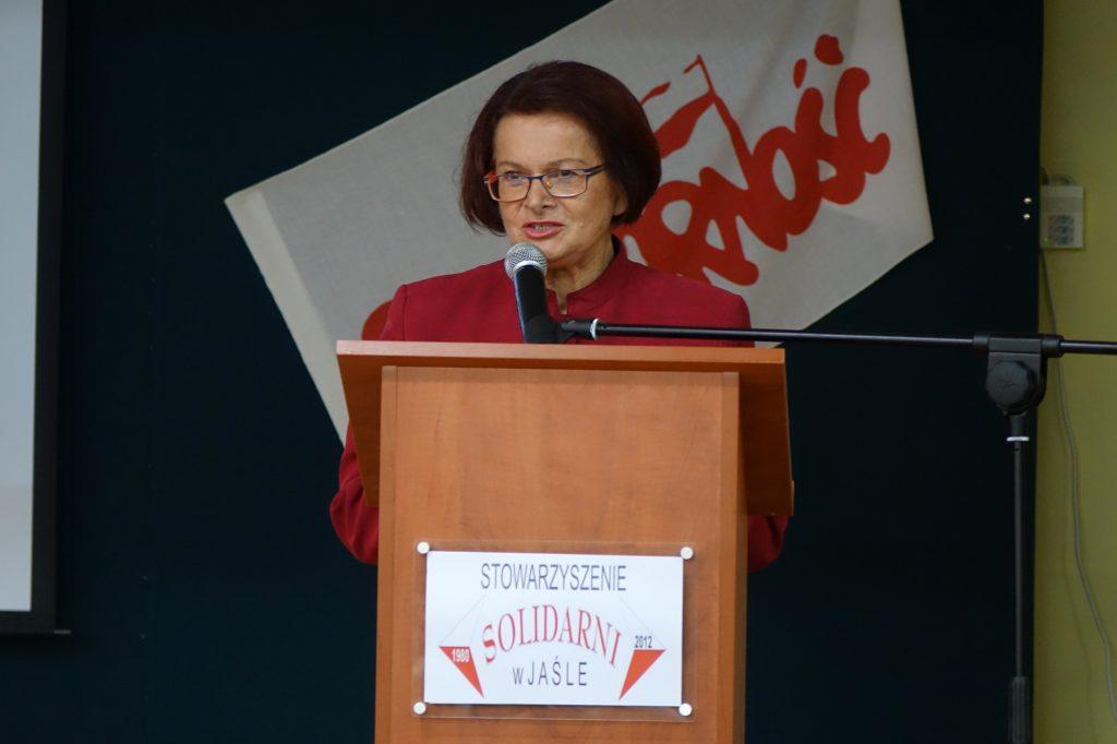 Maria Kurowska przemawia podczas spotkania w jasielskim Ekonomiku