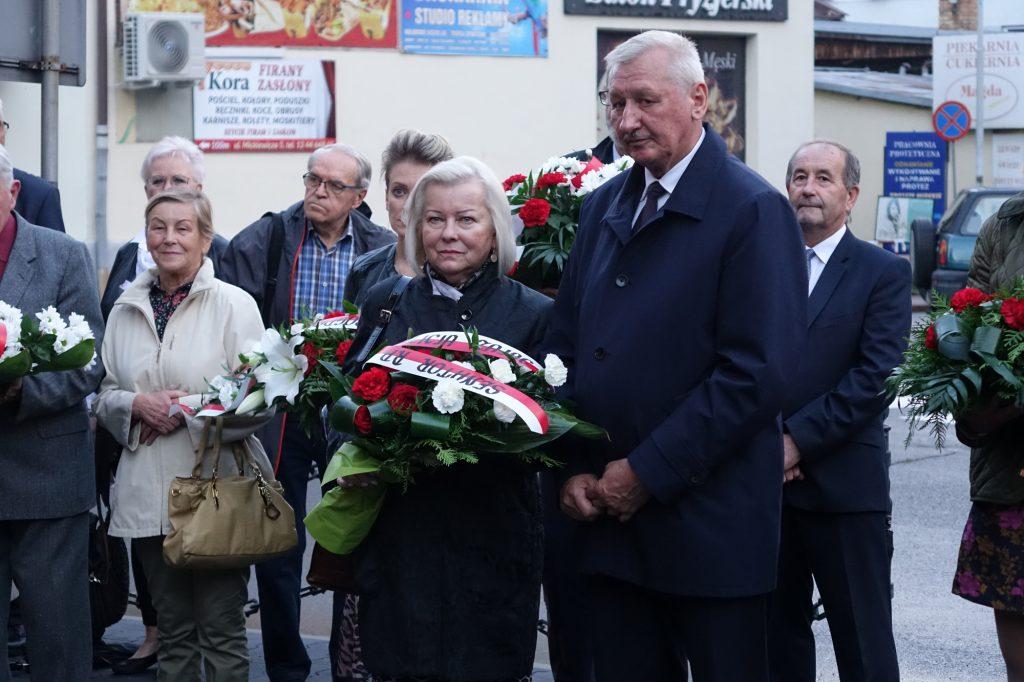 Alicja Zając i Adam Pawluś składają kwiaty pod tablicą bł. ks. Jerzego Popiełuszki w Jaśle