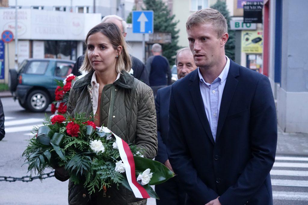 Ola Polak - Jackson składa kwiaty pod tablicą bł. ks. Jerzego Popiełuszki w Jaśle