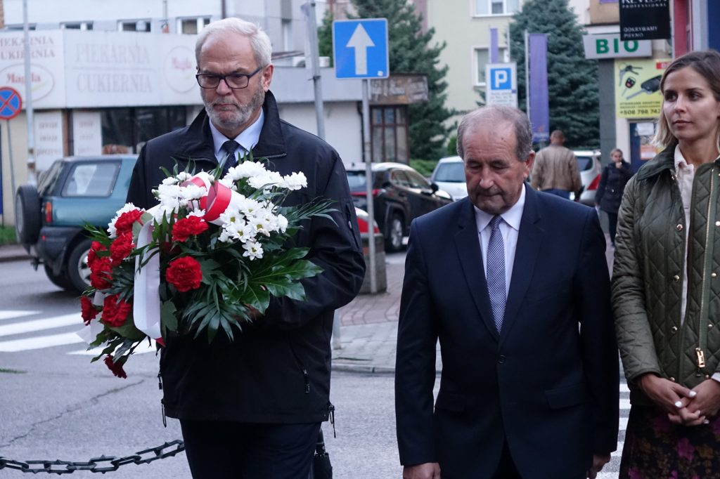 Burmistrz Ryszard Pabian składa kwiaty pod tablicą bł. ks. Jerzego Popiełuszki w Jaśle