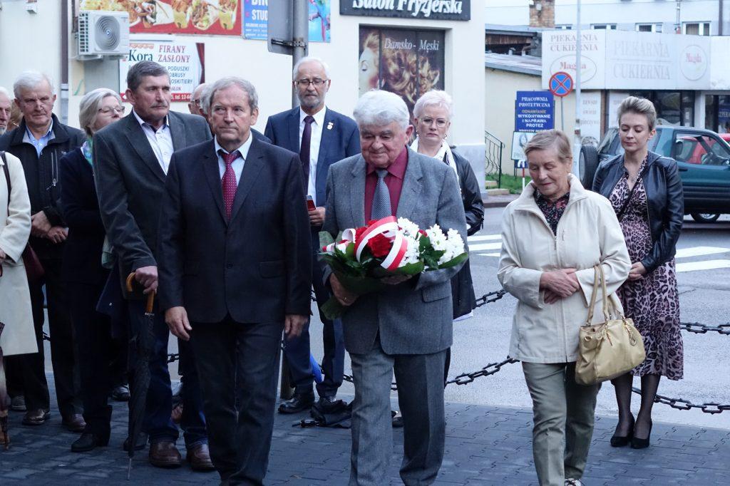 Składanie kwiatów pod tablicą bł. ks. Jerzego Popiełuszki w Jaśle