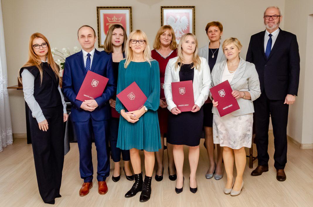 Burmistrz Jasła w dniu Edukacji Narodowej nagrodził nauczycieli